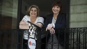 Empar Marco (derecha) junto a la también periodistaEsperanza Camps, con quien escribió el libro 'Vertigen', en el que novelaban el cierre de RTVV.