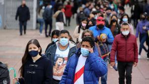 BARCELONA 11/04/2021 Internacional Ambiente en las votaciones de las elecciones Generales del Perú. En la Pça. de l'univerç de la Fira de Montjuïc, FOTO de RICARD CUGAT