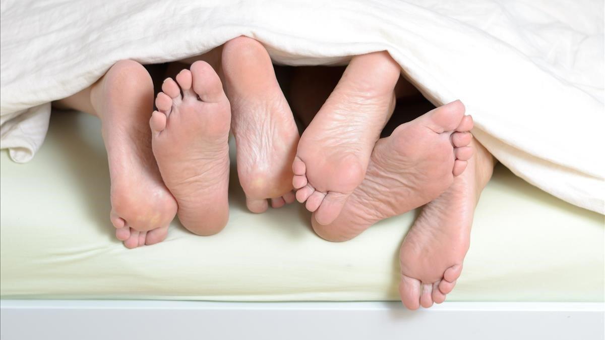 Pies en una cama.