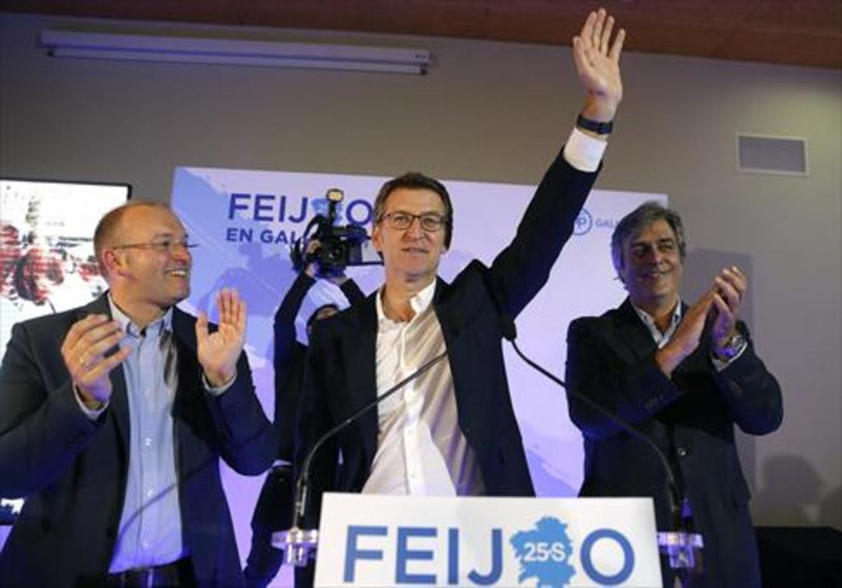 Alberto Núñez Feijóo, entre Miguel Tellado (izquierda), y Pedro Puy, anoche.