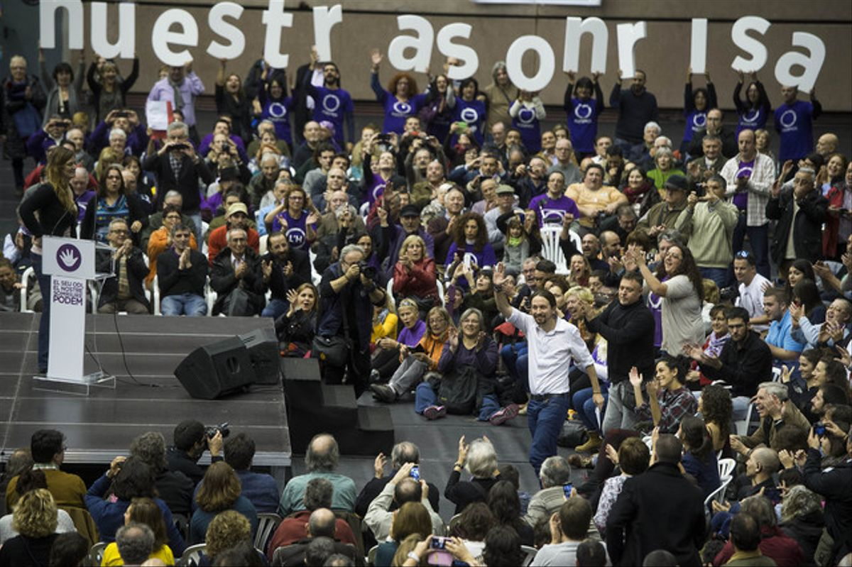 Pablo Iglesias saluda a sus seguidores, que le han aclamado en el pabellón de la Vall d'Hebrón.