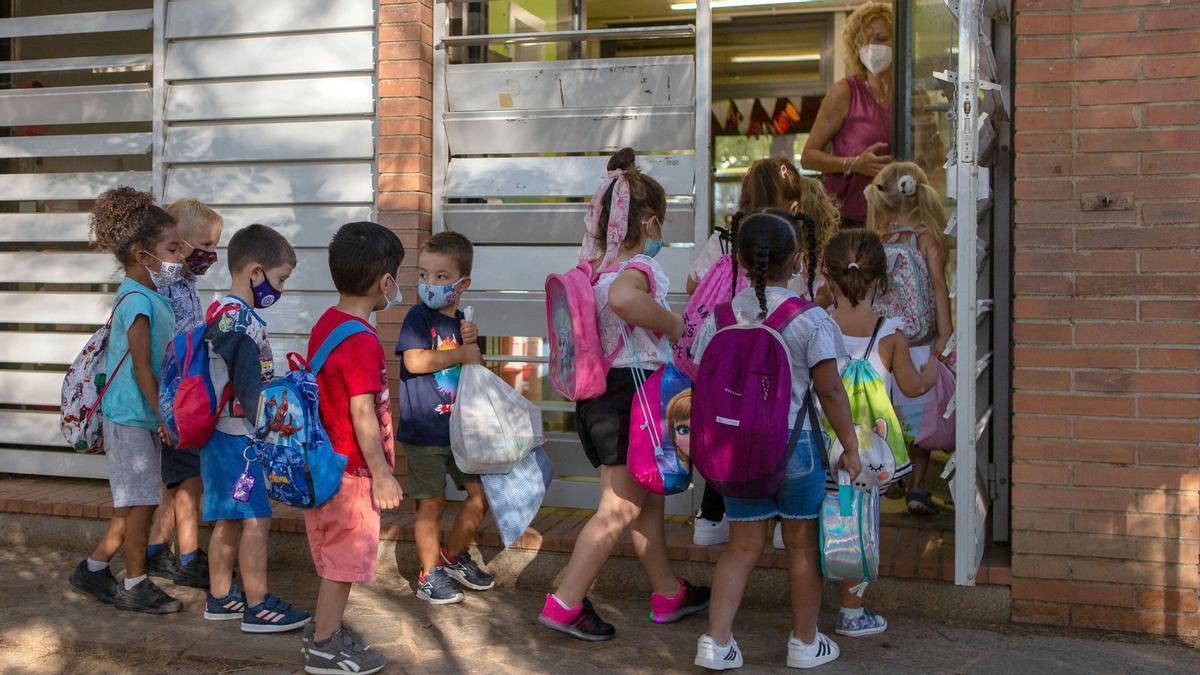 Un grupo de niños entra en su aula en la Escola Catalonia de Barcelona.