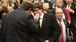 Carles Puigdemont president de la Generalitat junto a Oriol Junqueras y Miquel Iceta