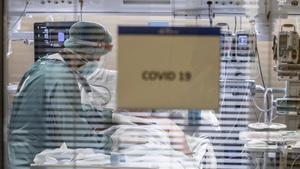 Un paciente ingresado por covid en la  UCI del Hospital Vall d'Hebron de Barcelona.