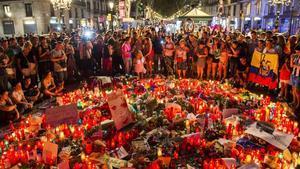 Peluches, velas, dibujos y notas depositadas en memoria delas víctimas del atentado en el Pla de l'Os ala Rambla de Barcelona.