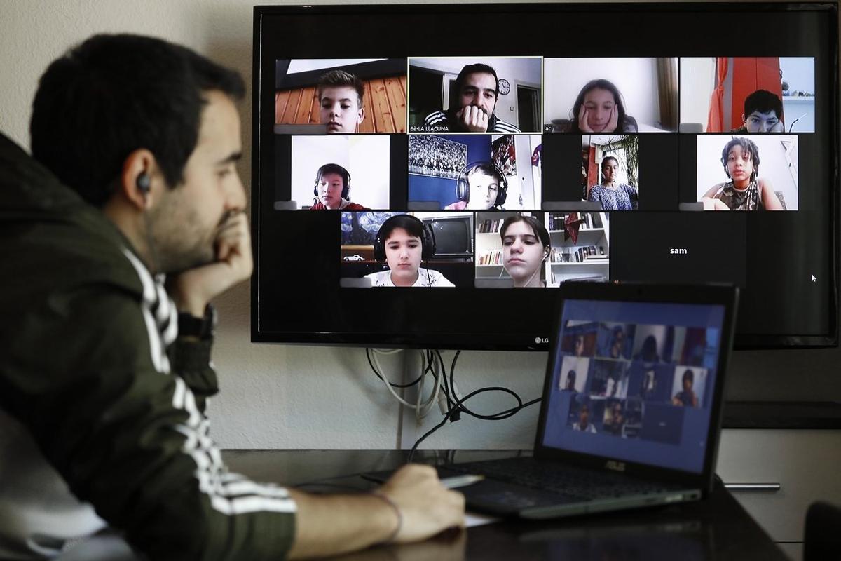 Raul Galarza, profesor de sexto de primaria, habla por videoconferencia con sus alumnos de la Escola La Llacuna de Poblenou durante el confinamiento.