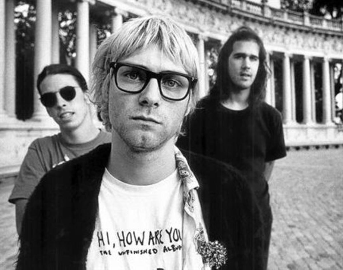 Kurt Cobain, entre David Grohl y Krist Novoselic,en una imagen de Nirvana.