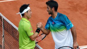 Nishikori y Verdasco encajan la mano tras su partido en París.