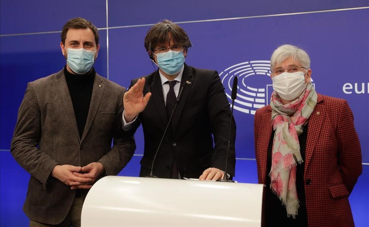 Antoni Comin, Carles Puigdemont y Clara Ponsatí, en rueda de prensa en Bruselas.