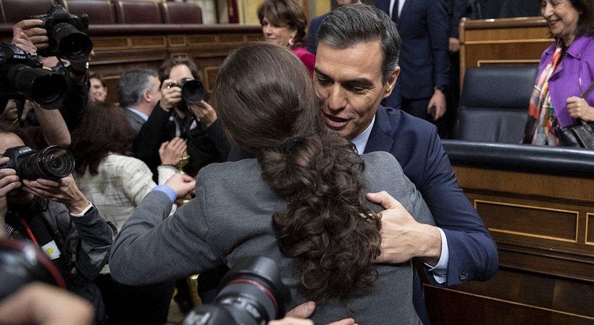 Pablo Iglesias felicita aPedro Sánchez tras lograr el apoyo del Congreso para ser presidente del Gobierno, el 7 de enero de 2020.