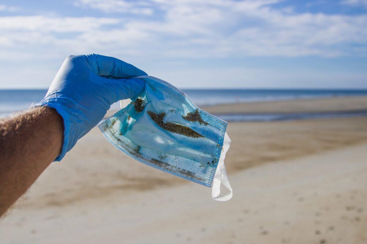 Una sola mascarilla libera 1,5 millones de microplásticos al mar