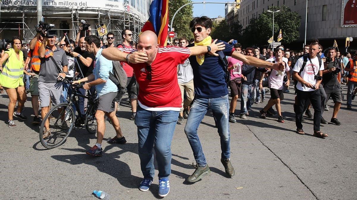 Amenaces i cops d'independentistes contra un grup de manifestants de la policia espanyola