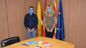 La alcaldesa de Rubí, Ana María Martínez, recibe las mascarillas de la empresa Robin Hat