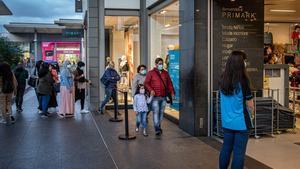 Imagen de archivo. Colas en un centro comercial por las restricciones derivadas de la pandemia.