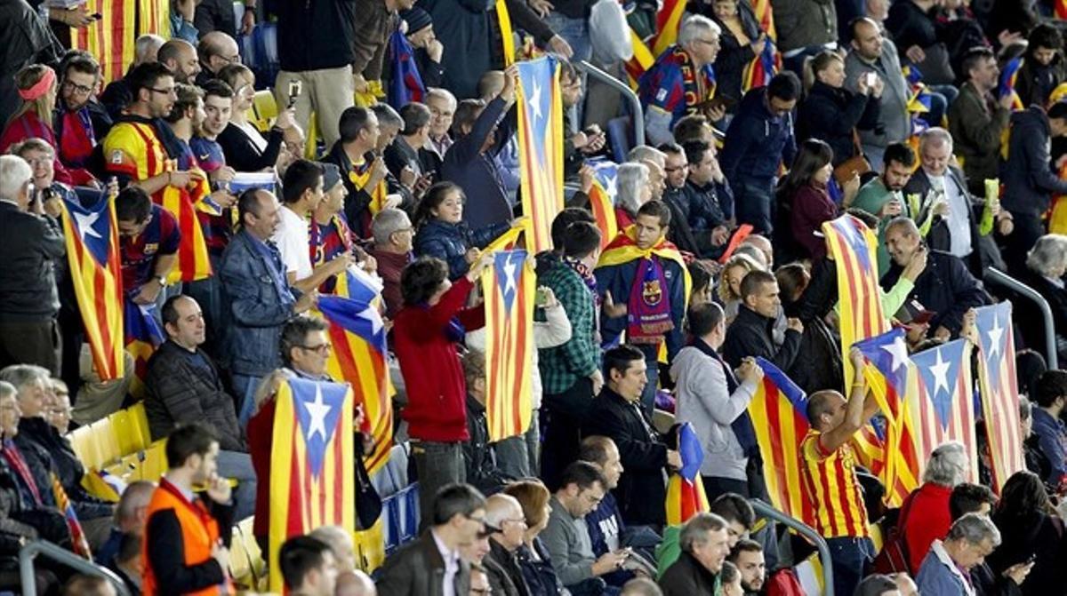 'Estelades' en la grada del Camp Nou en el partido del Barça con el Bate Borisov en la Champions.