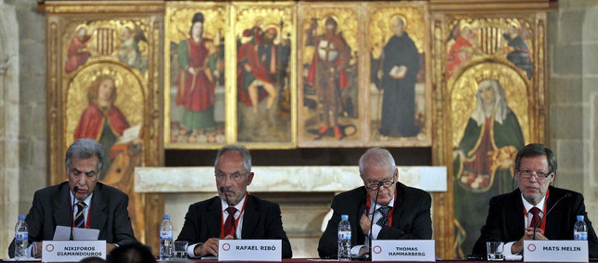 Nikiforos Diamandourous, defensor del pueblo de la Unión Europea; Rafael Ribó, Sindic de Greuges de Catalunya y presidente europeo del IOI, y Thomas Hammarberg, comisario europeo por los Derechos Humanos.