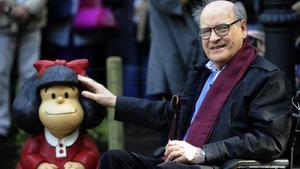 Quino, con una escultura de Mafalda