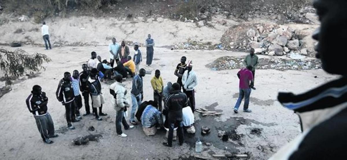 Grupos de subsaharianos en los alrededores del centro de estancia temporal de inmigrantes de Melilla, que funciona con régimen abierto, ayer.