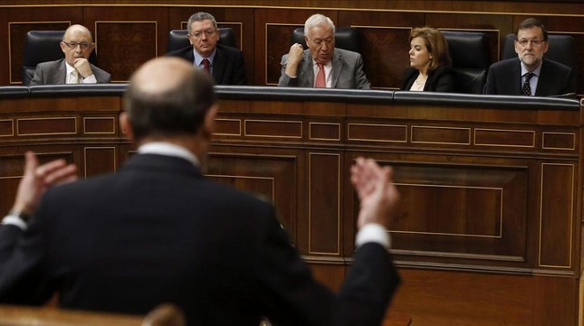 Rubalcaba (de espaldas) interviene en el Congreso, ante Montoro, Gallardón, García-Margallo, Sáenz de Santamaría y Rajoy.