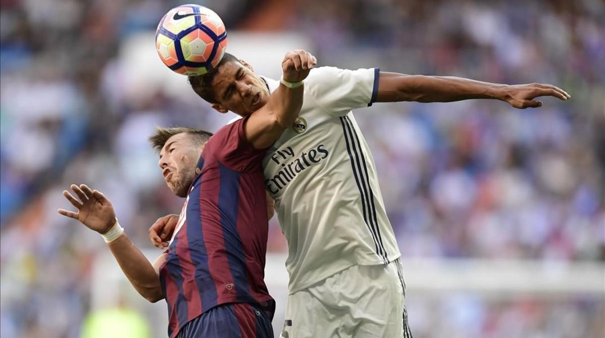 SergiEnrich disputa el balón con varane durante el Madrid-Eibar del domingo pasado.