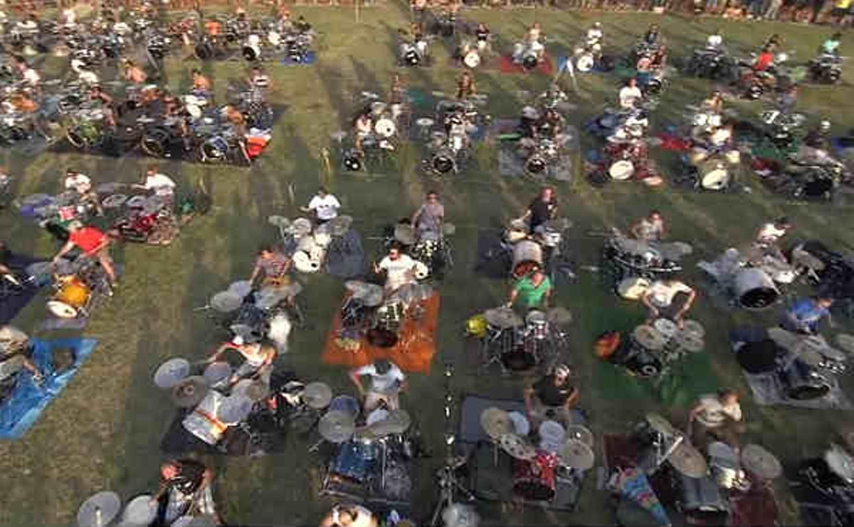 1000 músicos tocan 'Learn To Fly' de Foo Fighters para pedir que visiten Cesena en su gira europea.