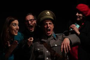 Los burgueses empujan al ingenuo Saverio a convertirse en un coronel.