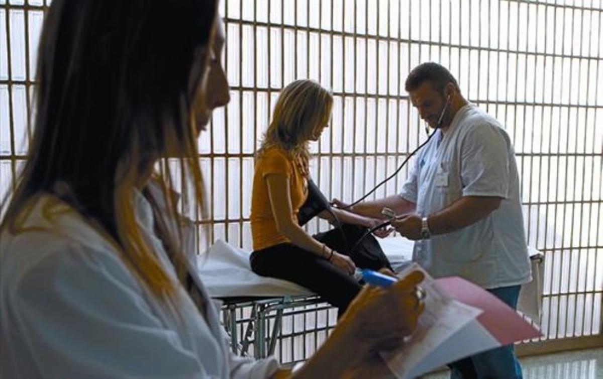 Unos enfermeros atienden a una paciente en un CAP de Barcelona.