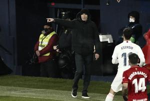 Zidane da órdenes a sus futbolistas durante el partido.