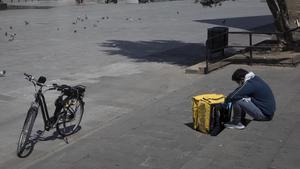 Un repartidor de Glovo en el entorno de la catedral, en Barcelona.