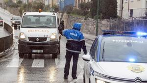 Un policía local realiza controles de movilidad en Burgos, este miércoles.
