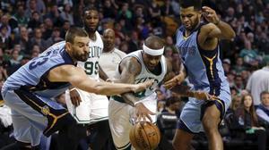Marc Gasol intenta quitarle el balón a Isiah Thomas, de los Celtics.