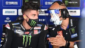 El catalán Maverick Viñales (Yamaha), mejor crono hoy, en Jerez, dialoga con su técnico Esteban García.