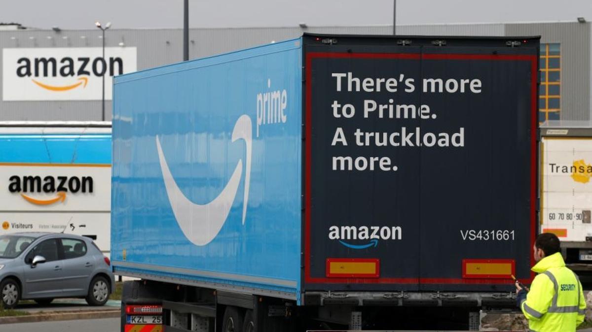 Un camión de reparto de Amazon Prime en un almacén de la empresa en la localidad francesa de Lauwin-Planque, en marzo pasado.