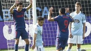 Luis Suárez (c) celebra con Manu Sánchez su gol ante el Celta.