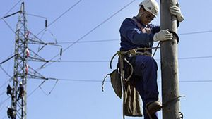 Un operari arregla un pal elèctric a Castell d'Aro.