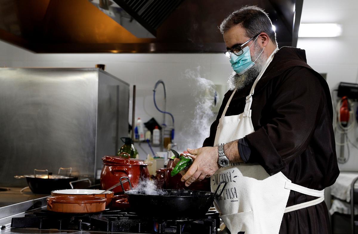 Fray Ángel, cocinando para su canal de YouTube.