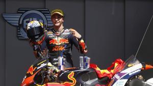 Raúl Fernández celebra ganar el GP de Portugal de Moto2.