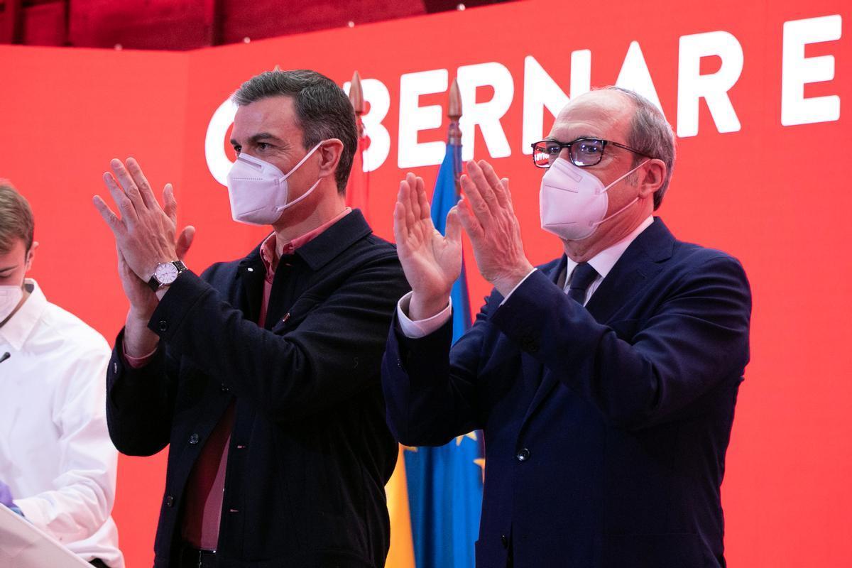 Pedro Sánchez y Ángel Gabilondo aplauden en un acto del PSOE en Madrid.