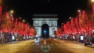 Imagen de los Campos Elíseos vacíos durante el toque de queda en París.