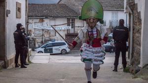 Un 'peliqueiro' corre durante el Luns Borralleiro dentro del Entroido en Laza, localidad ourensana que ha celebrado la tradicional jornada de un modo atípico, con la bajada de la Morena reducida y sin el clásico lanzamiento de hormigas.