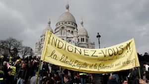 Loschalecos amarillosfrente a la Basílica del Sacre-Coeur de Montmartre en la decimonovena marcha en París.