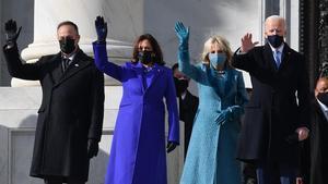 Joe Biden y Kamala Harris en la puerta del Capitolio en Washington.