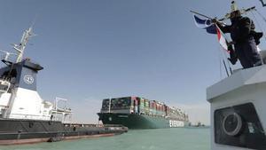 Un remolcador tirando del buque portacontenedores 'Ever Given', en el canal de Suez.