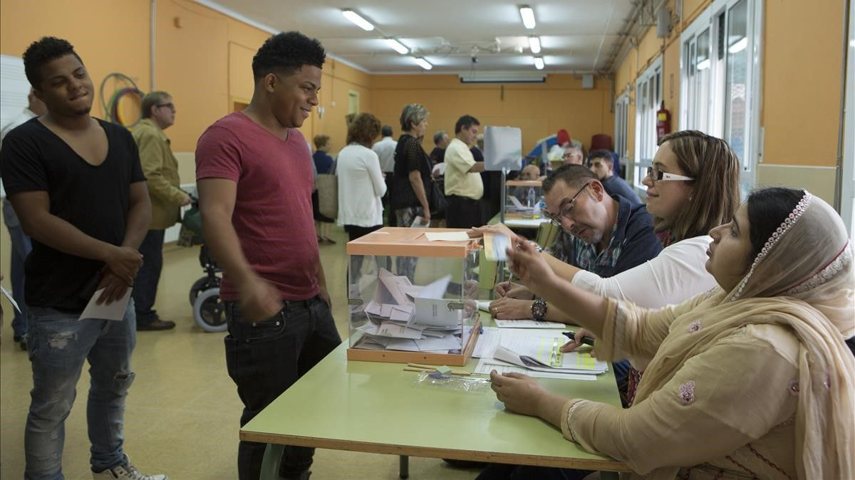 Hospitalet 27 09 2015 Elecciones autonomicas Colegio Pau Vila Fotografia Albert Bertran  migracion inmigrantes votacion