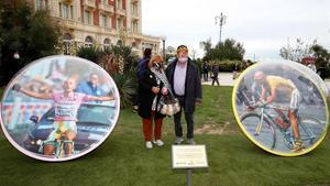 Los padres de Marco Pantani junto a uno de los monumentos que lo recuerdan en Cesenatico.