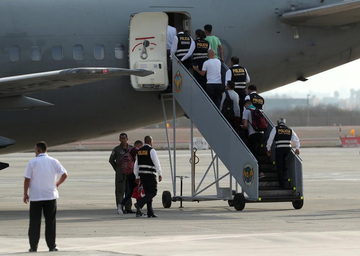 El gobierno peruano deporta a migrantes venezolanos.