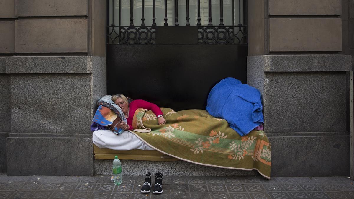 Una sintecho duerme en la Barcelona en 2019,