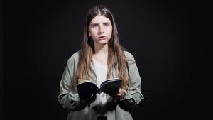 La poeta Anna Gas recita los poemas 55 y 65 de su libro 'Llengua d'àntrax'.