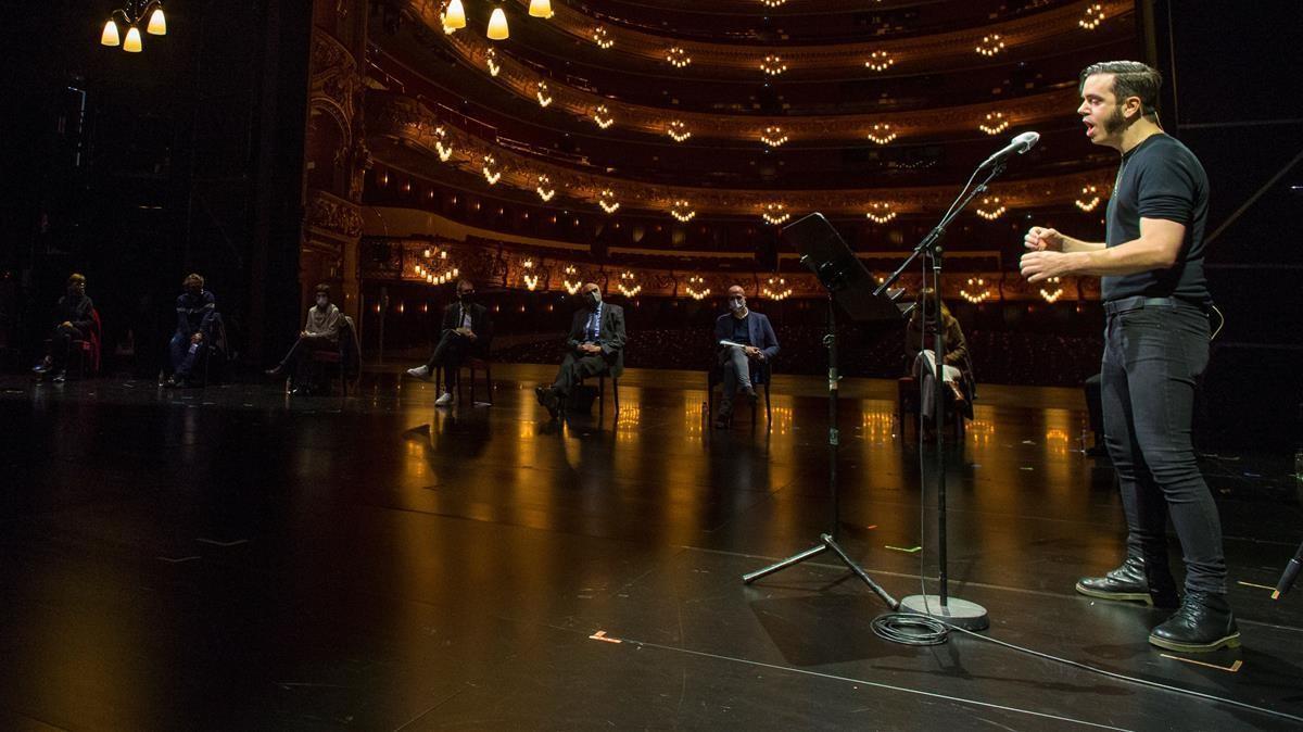 Arnau Tordera, compositor de 'La gata perduda', interpretó una de las canciones de la ópera, mientras le observan los principales responsables del Liceu y otras personas implicadas en el proyecto.