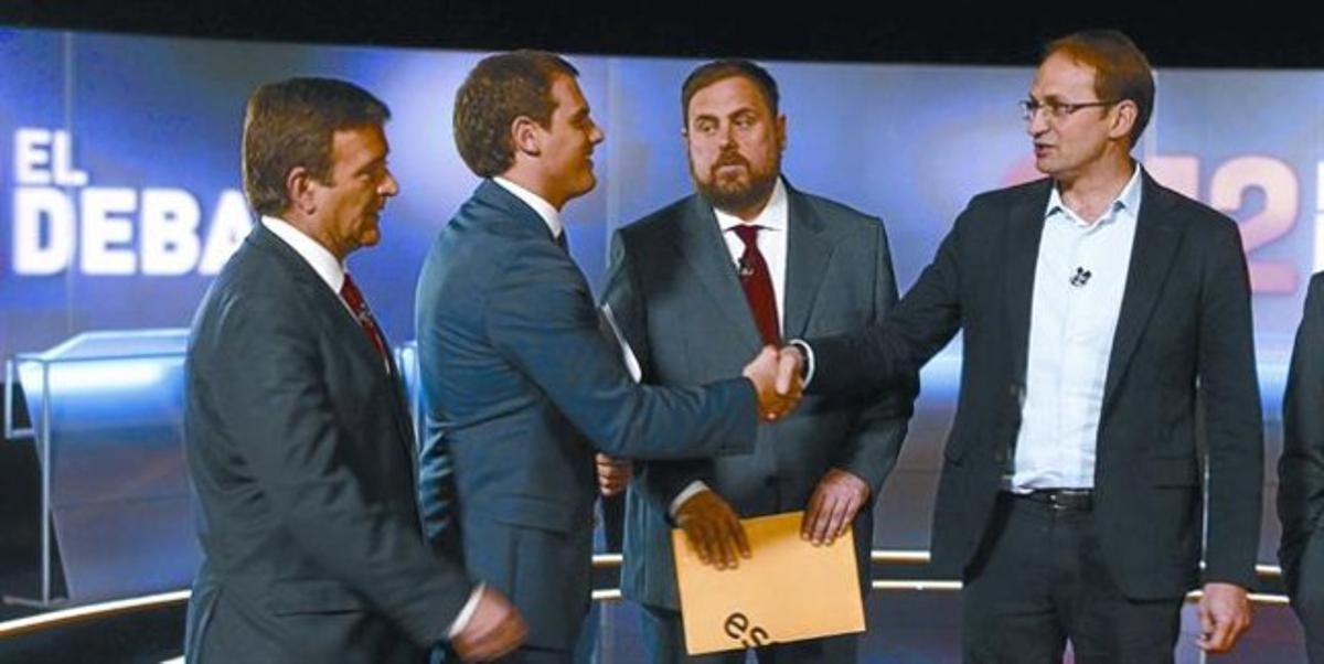Albert Rivera y Joan Herrera se saludan en presencia de Alfons López Tena y Oriol Junqueras, antes de comenzar el debate.